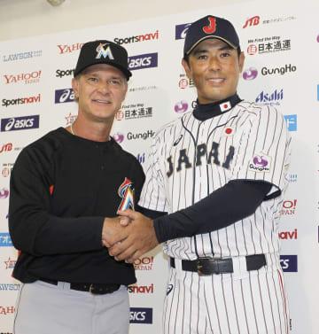 日米野球の記者会見を終え、MLBのマッティングリー監督(左)と握手する稲葉監督=8日、東京ドーム