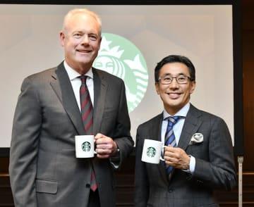 記者会見後、写真撮影に応じるスターバックスのケビン・ジョンソンCEO(左)と日本法人の水口貴文CEO=8日、東京都内
