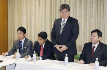 自民党の衆院改革プロジェクトチームの初役員会で、あいさつする座長の萩生田光一幹事長代行(右から2人目)。左端は小泉進次郎事務局長=8日午後、東京・永田町の党本部