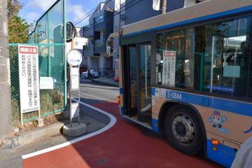 新たに設置されたバスの利用客らに注意を呼び掛ける看板=横浜市西区