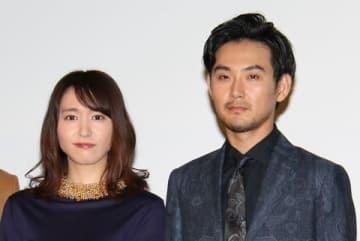 連続ドラマ「獣になれない私たち」で主演を務めている新垣結衣さん(左)と松田龍平さん