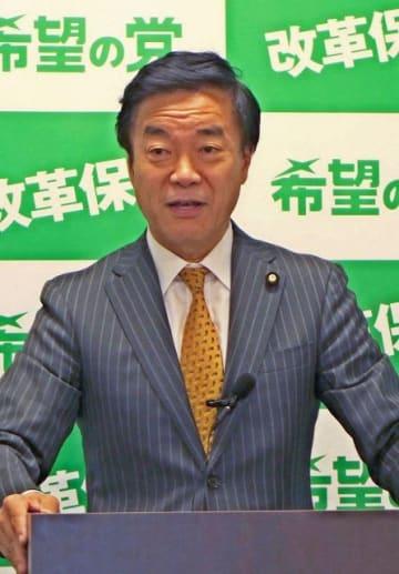 会見する希望の党の松沢氏=8日午後、国会内