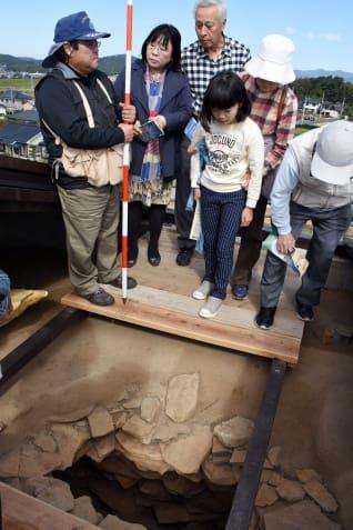 一般公開された石室を見る来場者=薩摩川内市の天辰寺前古墳公園