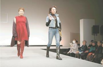華やかに着飾り、ランウエーを歩くシニアモデル