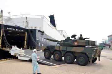 民間フェリー「はくおう」に乗り込むタイヤをはく戦車と称される機動戦闘車=鹿児島市本港区北ふ頭