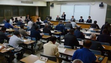新田原基地における米軍受け入れ施設整備の概要を九州防衛局が説明した新富町区長会=8日午後、町役場