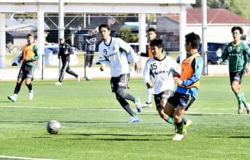 1次ラウンドに向け練習するサウルコスの選手たち=福井県坂井市丸岡スポーツランド