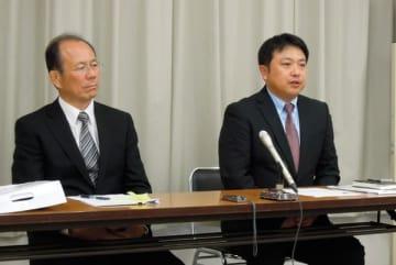 【記者会見で県議選への立候補を表明する中瀬氏(左)と藤田氏=三重県庁で】