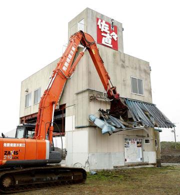 解体作業が始まった、宮城県名取市閖上地区の水産加工会社「佐々直」の旧本店工場=9日午前