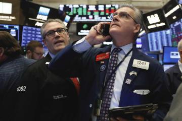 8日、ニューヨーク証券取引所で働くトレーダーたち(AP=共同)