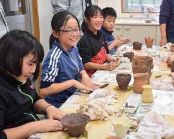 土器作りに挑戦する裾野小の子どもたち
