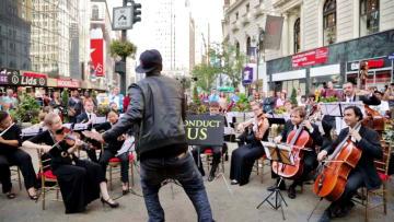 米国で人気の誰でもオーケストラの指揮者になれる「コンダクト・アス」=ニューヨーク(カーネギーホール提供・共同)