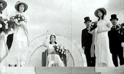 兵庫突堤での祭の女王の戴冠式