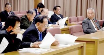 来春の知事選を巡り、対応を協議するために集まった福井市議ら=11月8日、福井県福井市役所