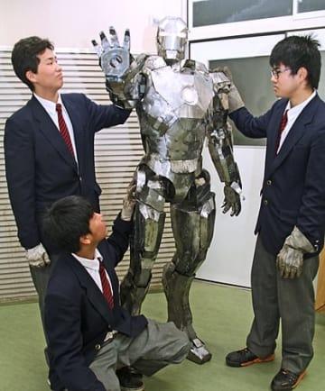 【機械科3年生が鉄板で作った「アイアンマン」(9日、和歌山県田辺市あけぼので)】
