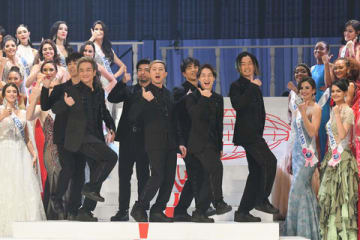 ミス・インターナショナル世界大会のステージイベントに登場した「DA PUMP」