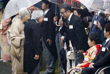秋の園遊会で脚本家の三谷幸喜さん(右から3人目)らに言葉を掛けられる天皇、皇后両陛下=9日午後、東京・元赤坂の赤坂御苑