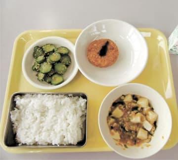 仙台市内の一部中学校で提供された10月24日の給食(市教委提供)