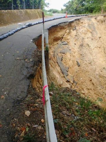 西日本豪雨で被災し、路肩が壊れて通行止めとなった避難道路=8月、京都府舞鶴市(京都府中丹東土木事務所提供)