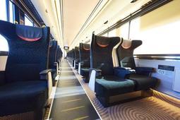 足元空間に余裕を持たせたという3列配列のリクライニングシート(京阪電気鉄道提供)