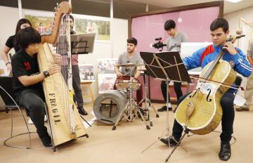 貧困地区のごみ集積所から集めた廃材で作った楽器を演奏するパラグアイの楽団=9日午後、横浜市