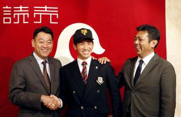 入団に合意し、笑顔で記念撮影する巨人ドラフト1位の高橋優貴投手(中央)=9日、青森県八戸市