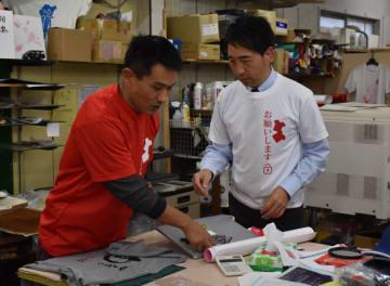 事業を引き継ぐ高萩さん(左)と譲渡した中村さん
