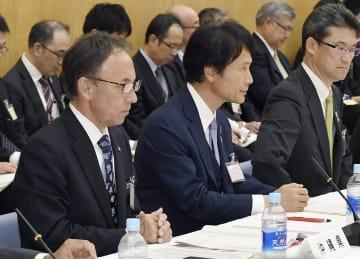 全国知事会議に出席した沖縄県の玉城デニー知事(左)=9日夕、首相官邸