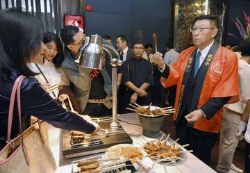 バンコクで行われたイベントで、秋田牛をPRする秋田県の佐竹敬久知事(右)=9日(共同)
