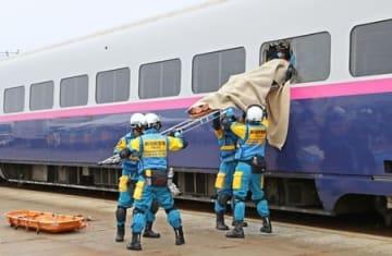 解体前の新幹線車両を使って行われた救出訓練=9日、新潟市東区