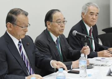 外国人労働者の受け入れ拡大に関する会議の初会合で発言する国松孝次元警察庁長官(中央)=9日午後、国会