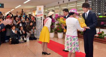 多くのファンが訪れた歓迎セレモニーで花束を受け取る武田投手(右)と工藤監督(中央)=9日午後、宮崎市の宮崎ブーゲンビリア空港