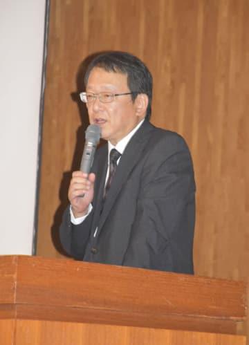 東日本大震災の教訓などを話した今野編集局長=9日午後、宮崎市の赤江東中