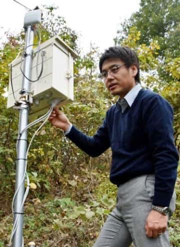 土砂災害前の臭いを検知する機器をチェックする西教授(広島市安佐南区)