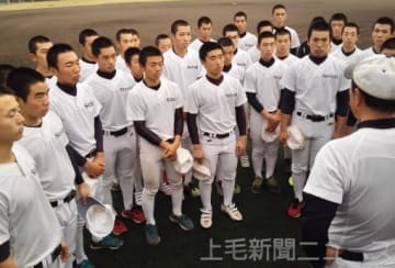 斉藤監督から21世紀枠推薦校に決まったことを聞く伊勢崎清明の選手