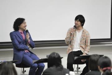 学生らに自らの経験を語るトータス松本さん(左)と藤巻亮太さん=川崎市麻生区の昭和音楽大学