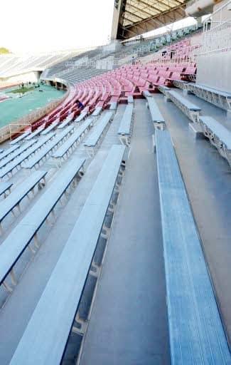 個別席への改修を予定するエディオンスタジアム広島のベンチシート(手前)