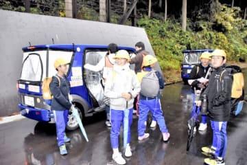 終点の停留所で自動運転車から笑顔で降りた児童=11月9日、福井県永平寺町