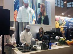 モスクワのイベント会場で調理デモンストレーションをする大田忠道さん(中央)(本人提供)