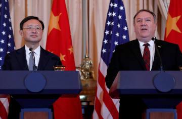 共同記者会見に臨む米国のポンペオ国務長官(右)と中国の楊潔チ・共産党政治局員=9日、ワシントン(ロイター=共同)