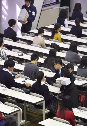 大学入学共通テストの本番を想定したリハーサルで、問題の配布を待つ生徒たち=10日午前、東京都目黒区の東大駒場キャンパス