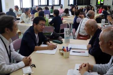 晴海台地区の「地域コミュニティ連絡協議会」の設立に向け課題を話し合う参加者=10月14日、同地区ふれあいセンター