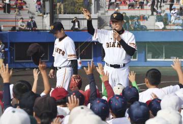 「長嶋茂雄少年野球教室」で指導する巨人OBの中畑清さん(右)=10日午前、千葉県佐倉市