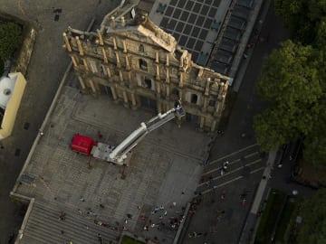 聖ポール天主堂跡のファサードで実施される除草及び銅像の検査作業のイメージ(写真:ICM)