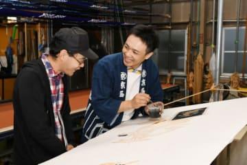 京屋染物店の工房で製作の様子を見学する参加者=一関市大手町