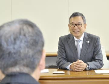 ヒアリングに訪れたJリーグの村井満チェアマン(右)=9日、八戸市庁