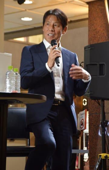 トークショーに登場した西野朗・前日本代表監督=柏市の柏高島屋