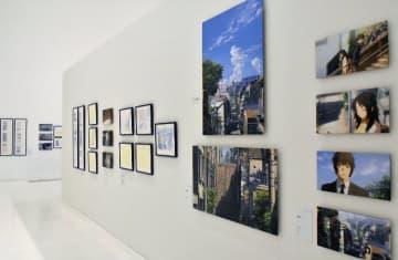 新海誠監督の絵コンテなどが展示される会場=9日、青森県立美術館