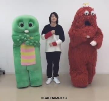 動画でダンスを披露している伊藤健太郎さん(中央)、スペシャルサポーターのガチャピン(左)とムック(右)(c)Fuji Games, Inc. All Rights Reserved