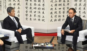 会談で、岩屋毅防衛相(左)に辺野古新基地建設反対を訴える玉城デニー知事=10日、県庁